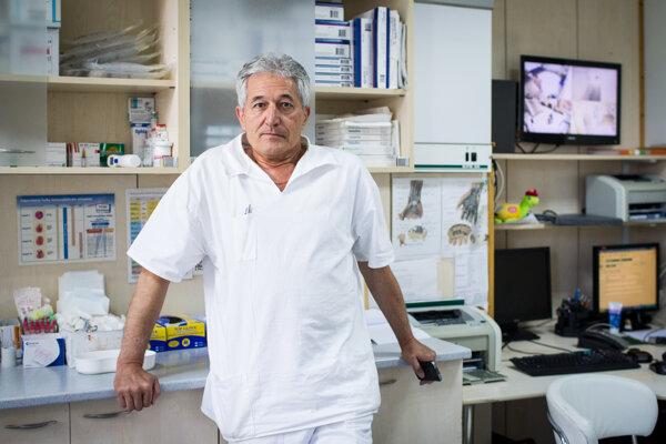 Lekár Alan Suchánek v roku 2014 upozornil na zamýšľanú predraženú kúpu CT v piešťanskej nemocnici.