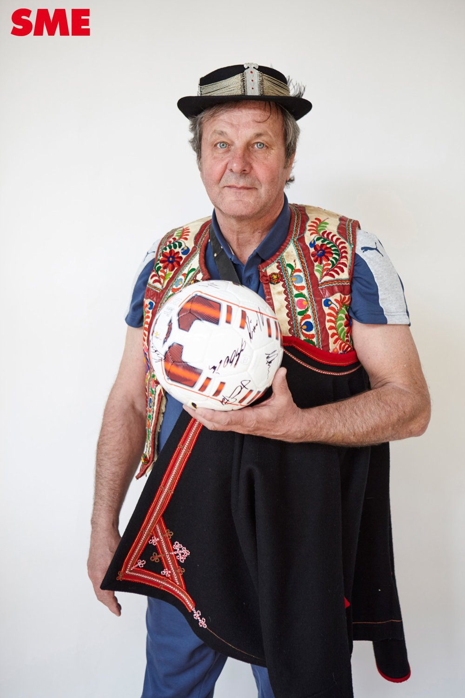 Tréner Kozák nemal s fotením problém.