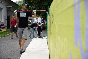 Dobrovoľníci v bratislavskej Dúbravke vyčistili a namaľovali betónový múr.