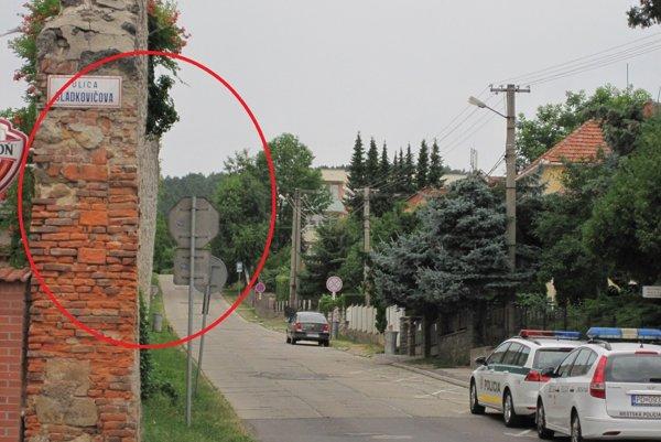 Podľa múzea je múr v mierne naklonenej polohe stabilizovaný.