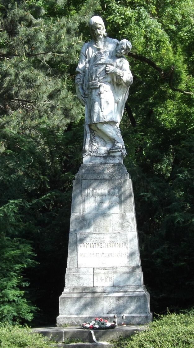 Pamiatke hrdinov padlých vo svetovej válke, píše sa na pamätníku v parku.