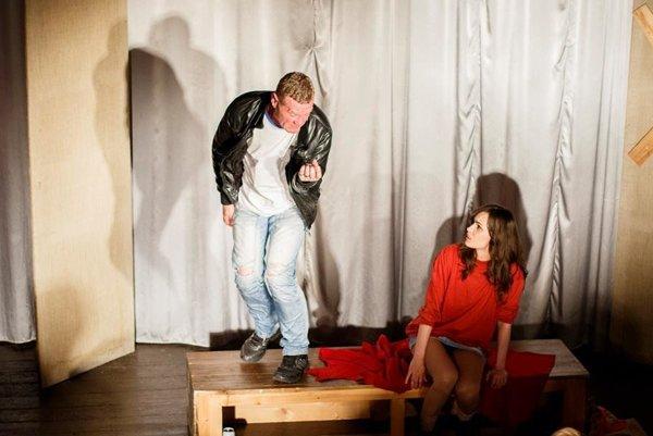 Predstavenie Dievča v pulóvri.