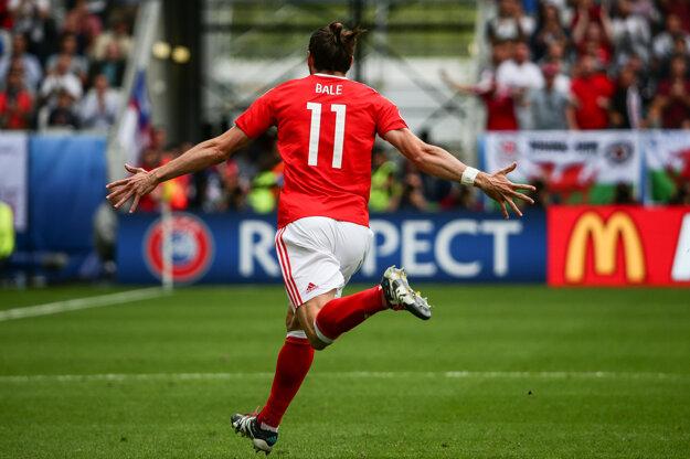 Gareth Bale oslavuje gól do siete Slovenska.