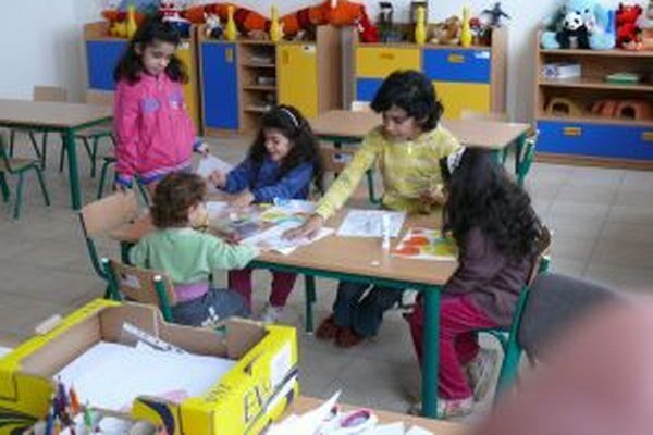V učebni komunitného centra. Deti si na pekné priestory rýchlo zvykli.