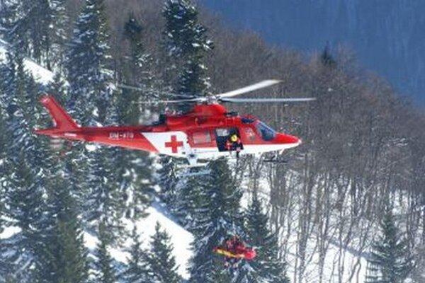 Vrtuľníky zasahujú aj vťažko dostupnom teréne.