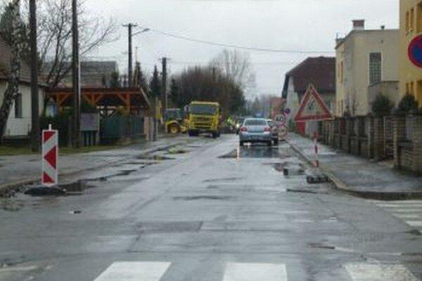 Kratinova ulica. Cestári tu už naťahujú nový asfalt.