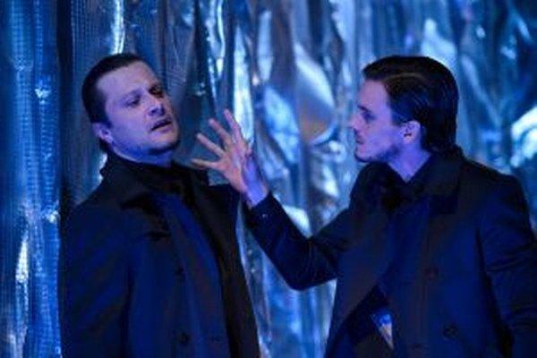 Marek Geišberg (Viktor Frankenstein) a Daniel Žulčák (Netvor) v najnovšej premiére v Slovenskom komornom divadle – Frankestein (moje svedomie).