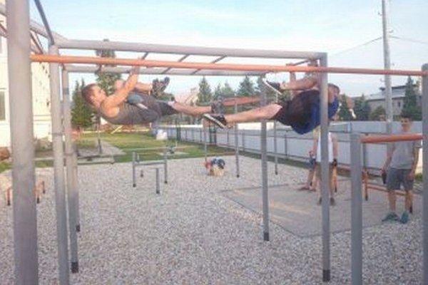 Tréning pod holým nebom. Cvičenie s vlastnou váhou si obľúbila najmä mládež.
