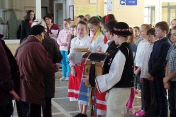 Seniorov deti privítali vo vestibule.