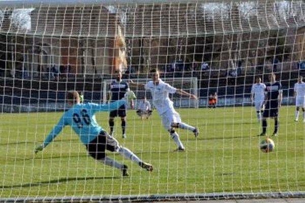 Ľuboš Thomka vNovej Bani najskôr premenil penaltu, ale dostal ičervenú kartu.