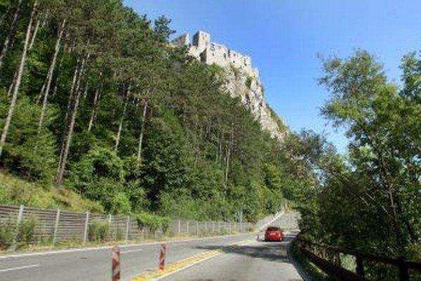 Cesta popod hrad Stečno bude počas sanácie brala niekoľko týždňov uzavretá.