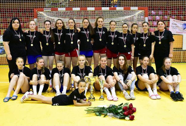 Víťazný tím HK Slovan Duslo Šaľa. Celkom vpravo trénerka Žofia Čemanová.