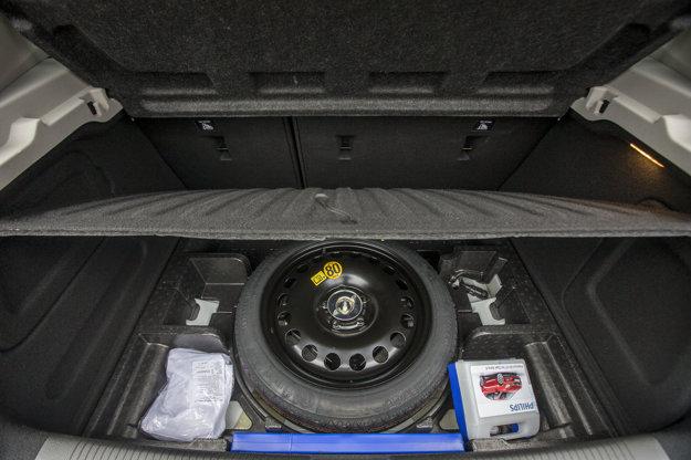 Pod dnom neveľkého batožinového priestoru má svoje miesto dojazdová rezerva.