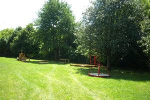 Detské ihrisko pod stromami.
