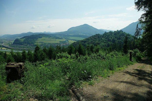 Cestou k studničke. Hrad leží na náprotivnom kopci. Traduje sa, že miesta boli prepojené potrubím.