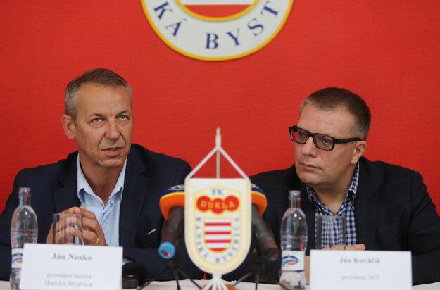 Za problémy má niesť zodpovednosť vedenie klubu, ktoré nesplnilo záväzky voči mestu. Na fotografii šéf Dukly Ján Kováčik (vpravo) a primátor Banskej Bystrice Ján Nosko.
