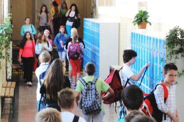 V novozámockej cirkevnej základnej škole sa takto menia žiaci. Každý si zo skrinky vyberie, čo práve potrebuje.