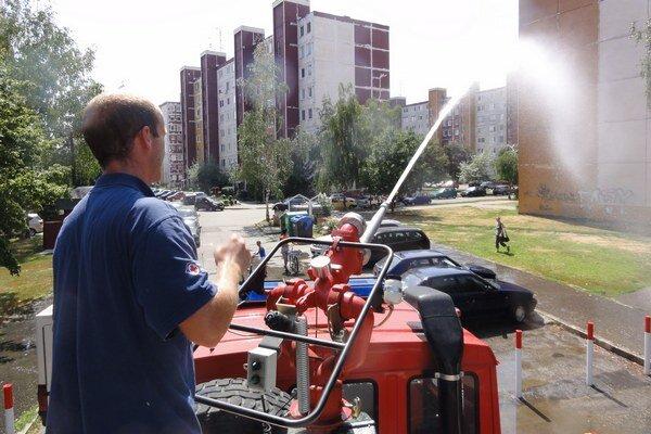 Priestor okolo penziónu v Nových Zámkoch ochladzovali hasiči.