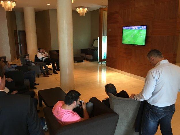 Delegáti sledujú futbal.