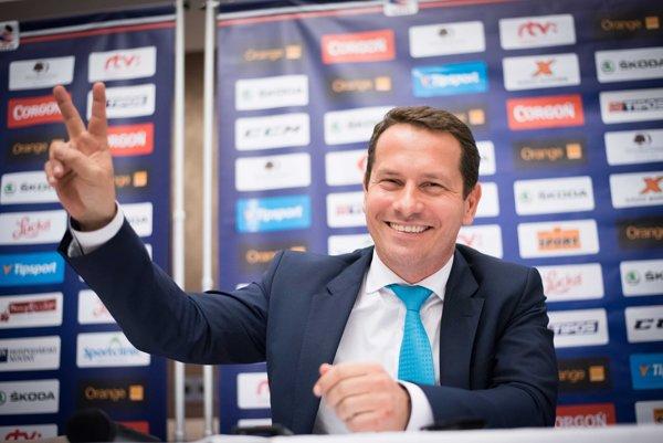 Martin Kohút pózuje počas svojej prvej tlačovej konferencie ako nový prezident SZĽH.