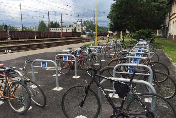 Na malom kúsku sa našlo miesto pre takmer päťdesiatku bicyklov.
