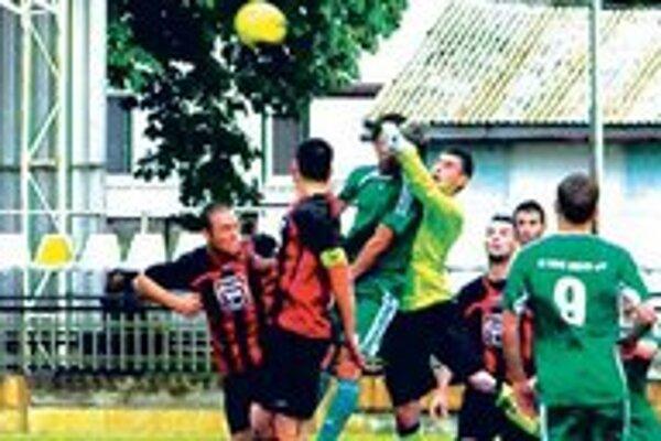 Nové Zámky - Nové Mesto 2:1 (0:1). Brankár FKM Juhás, rieši ošemetnú situáciu.