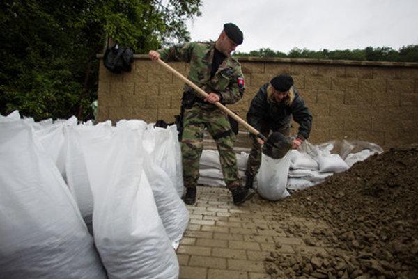 Podobne ako skutoční vojaci, aj Slovenskí branci pomáhajú ľuďom pri živelných pohromách.