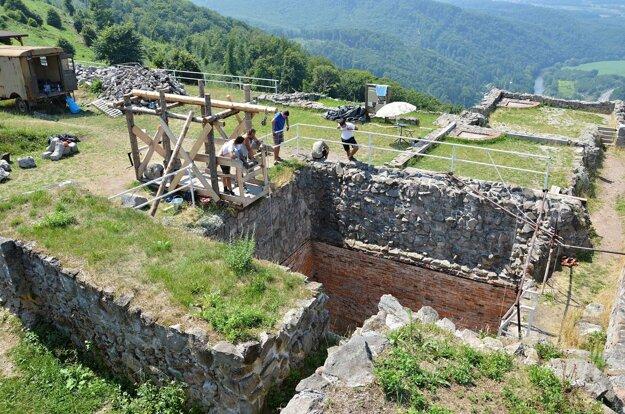 Cisternu na Hornom rade zastrešia. Opravia tiež murivo západnej prístavby paláca.