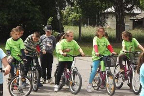Školáci na bicykloch.