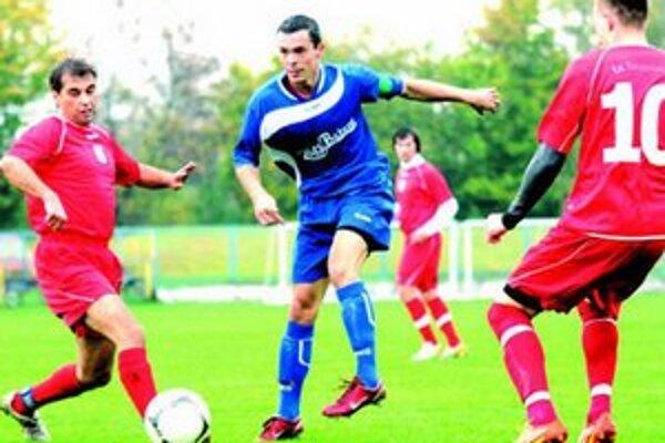 Foto z jesenného zápasu V.ligy východ Hurbanovo (v modrom) - Tvrdošovce.