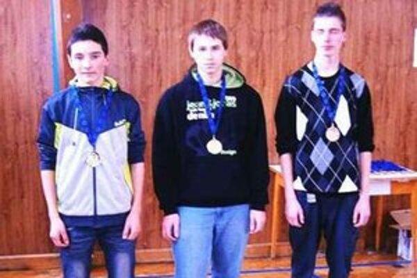 Najlepší v ISSF chlapci 40. Prvý zľava D. Jánosfalvi (Sv.Peter).