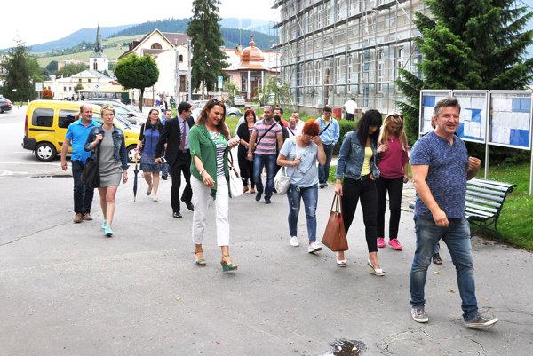 Nespokojní podnikatelia kráčajú na mestský úrad, aby predniesli svoje požiadavky.