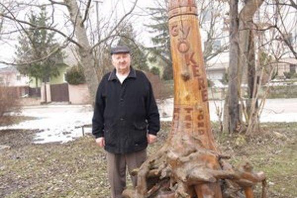 Vince Buják pri jednej zo svojich sôch.