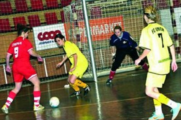 FC Union Nové Zámky ( v žltom) sa na turnaji predstavil so svojou novou brankárkou G. Kubíkovou.