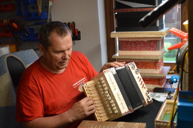 Majster pri výrobe nového kusu hudobného nástroja.