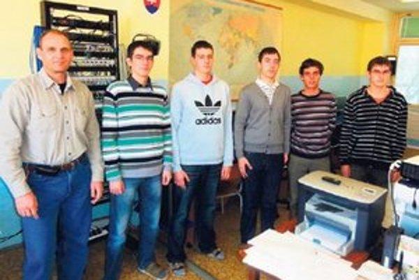 Maturanti so svojím učiteľom Zľava Michal Miko, Matej Gallo, Jakub Kelečéni, Gergely Galgóczi, Peter Nagy, Jaroslav Tóth, patrí k nim ešte Martin Kajan.