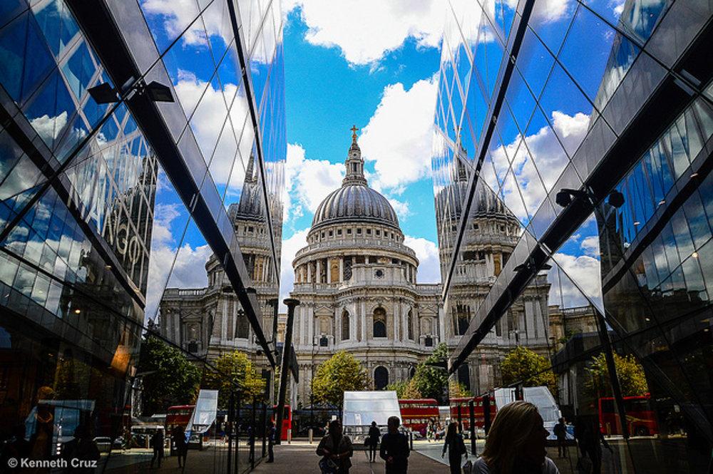 Katedrála sv. Pavla uprostred zrkadliacej sa moderny.
