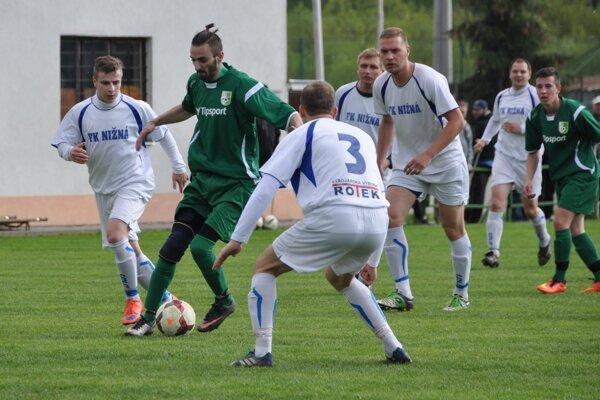 Tomáš Hollý (pri lopte) vsietil proti Švošovu neuveriteľných šesť gólov.