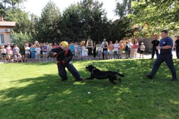 Mestskí policajti predvádzajú svoje psy školákom počas Dňa otvorených dverí.