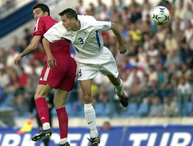 Marián Zeman (vpravo) je bývalým slovenským futbalovým reprezentantom. Na snímke zo 7. júna 2003 bojuje o loptu s Turkom Hakanom Sükürom v zápase kvalifikácie o postup na ME 2004.