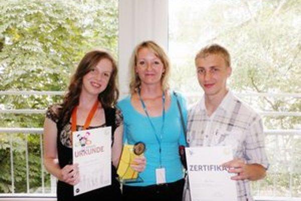Bronzová medailistka Brigitte Horváthová (vľavo) spolu so sprevádzajúcou učiteľkou nemeckého jazyka Henrietou Babekovou  a Jánom Daňom z Humenného (vpravo), ktorý sa olympiády za Slovensko zúčastnil tiež.
