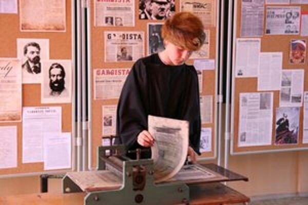 Samuel Kecer ako Johann Gutenberg predstavuje prvú tlač.