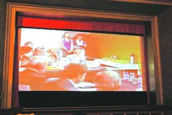 Televízny prenos z mestského zastupiteľstva môže verejnosť sledovať aj v sále domu kultúry.
