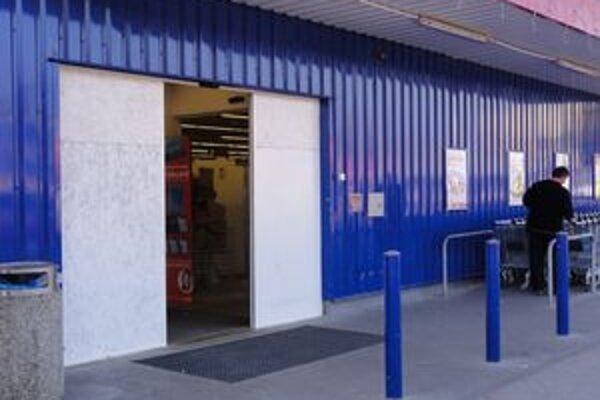 Namiesto rozbitej sklenej výplne dostal supermarket provizórne plechové dvere.