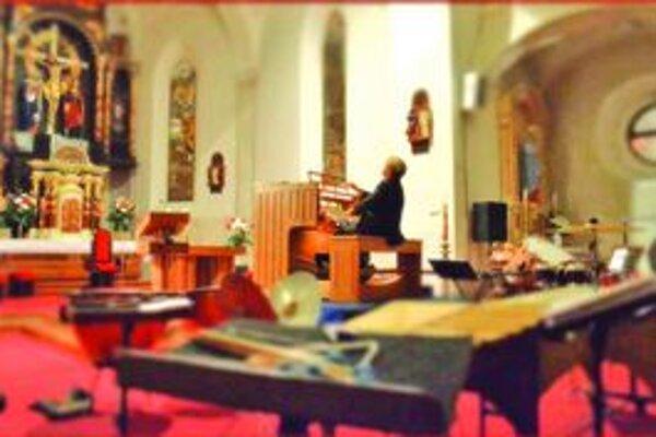 Organista Xavér Varnus počas svojho koncertu vo farskom kostole v Nových Zámkoch.