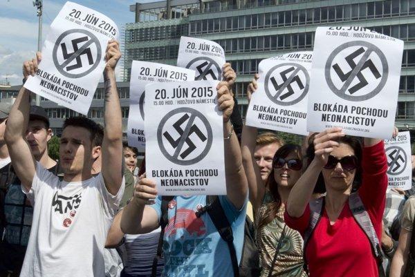 Protestujúca skupina Spoločne proti nenávisti 20. júna 2015 na Hodžovom námestí v Bratislave.