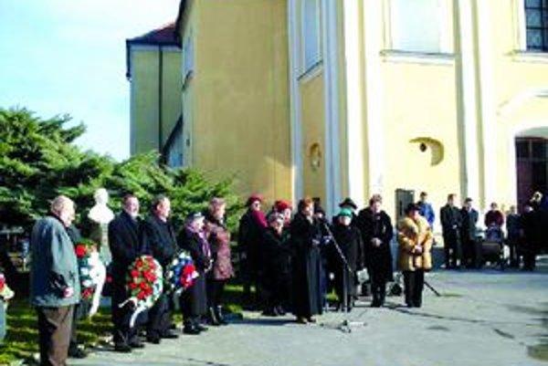 Z akcií DMS v Šuranoch - pietna spomienka pri buste  Márie Kokošovej.