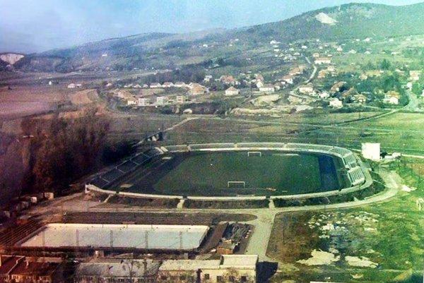 Rok 1958. Pri futbalovom štadióne stojí hokejová plocha.
