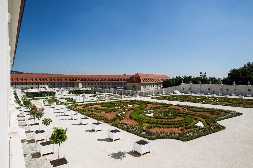 Barovková záhrada bola projektovaná podľa historických dokumentov. Dominuje jej biela farba. Biele sú mury a štrkové plochy.