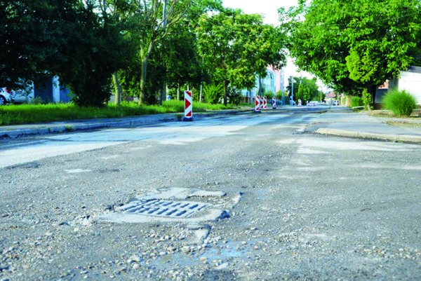 Z Orechovej ulice frézari odstránili starý povrch.